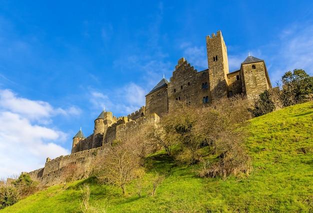 Mury miejskie carcassonne - francja, langwedocja-roussillon