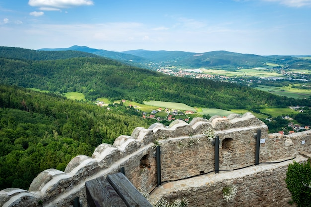 Mury obronne i fortyfikacje średniowiecznego zamku.