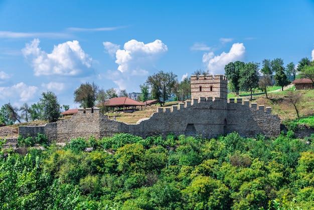 Mury obronne twierdzy carewec w wielkim tyrnowie, bułgaria