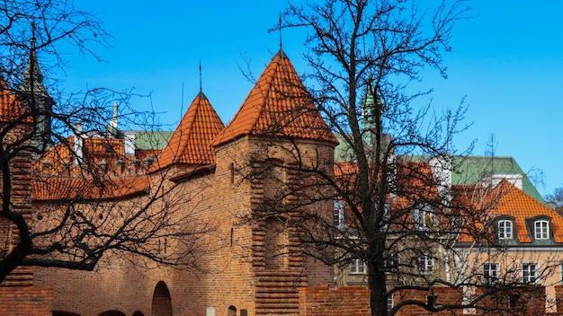 Mury z czerwonej cegły i baszty warszawskiego barbakanu polska wiosną