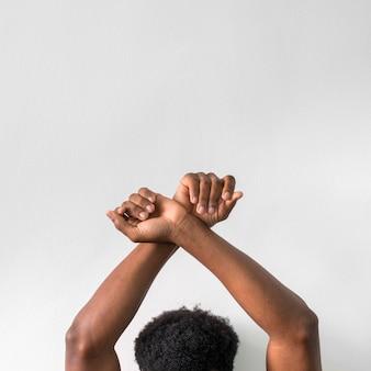 Murzyn, trzymając ręce w górze