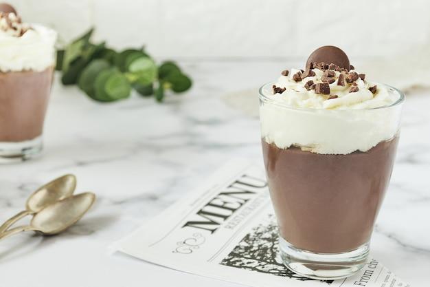 Mus czekoladowy i kremowy kubek do menu restauracji z łyżeczkami