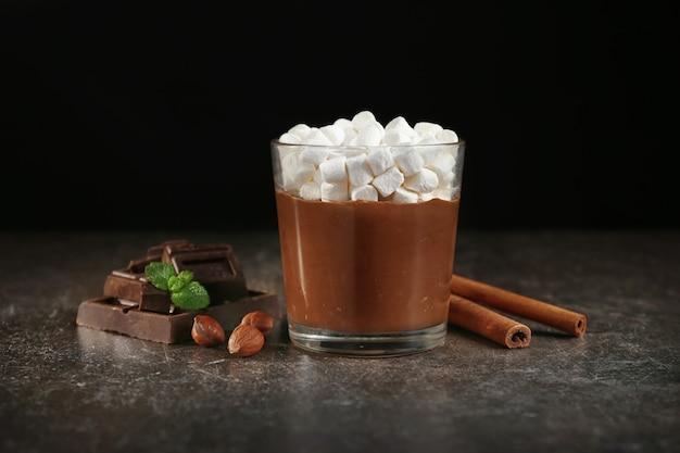 Mus czekoladowy z piankami w szklanej porcji