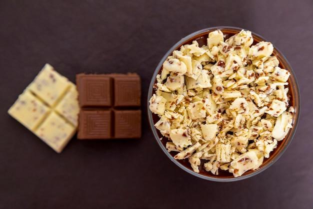 Mus z mlecznej czekolady z wiórkami czekoladowymi.