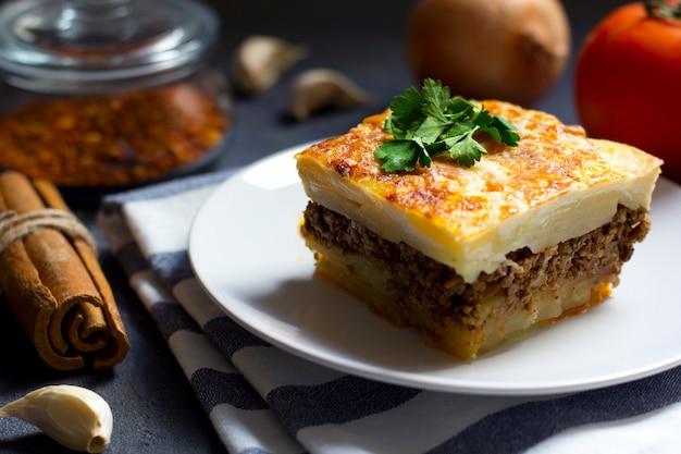 Musaka grecka z mieloną wołowiną i ziemniakami