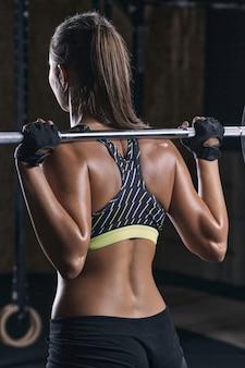 Muskularna kobieta ze sztangą