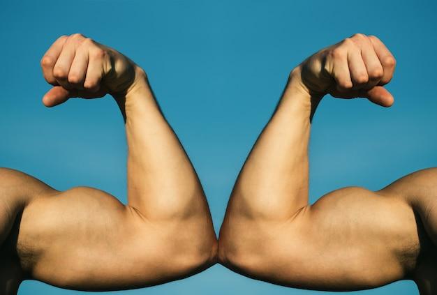 Muskularna ręka vs silna ręka. konkurencja, porównanie sił. vs. ciężko walczyć