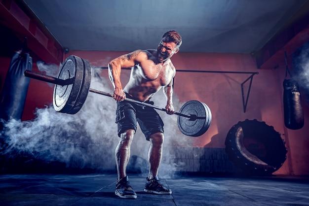 Muskularny Brodacz Poćwiczyć W Siłowni, ćwiczyć, Silny Męski Brzuch Nagi Tułowia. Dym Na ścianie Premium Zdjęcia