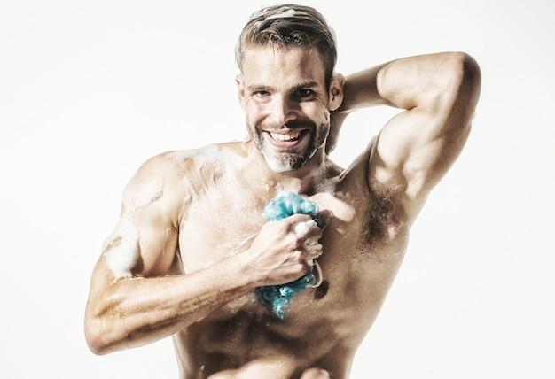 Muskularny brodaty mężczyzna wziąć prysznic. reklama kosmetyków męskich do pielęgnacji ciała.