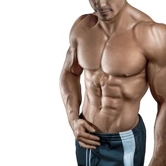 Muskularny i sprawny młody kulturysta fitness model męski na białym tle