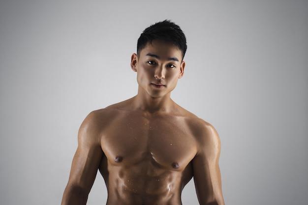 Muskularny mężczyzna azji w pomieszczeniu w studio
