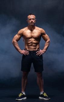 Muskularny mężczyzna na białym tle. silny męski brzuch nagiego tułowia.