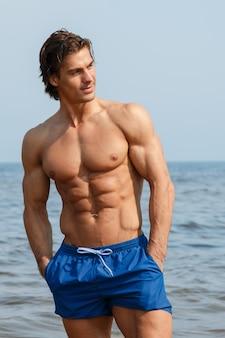 Muskularny mężczyzna na plaży