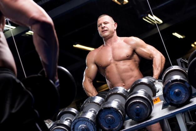 Muskularny mężczyzna na siłowni