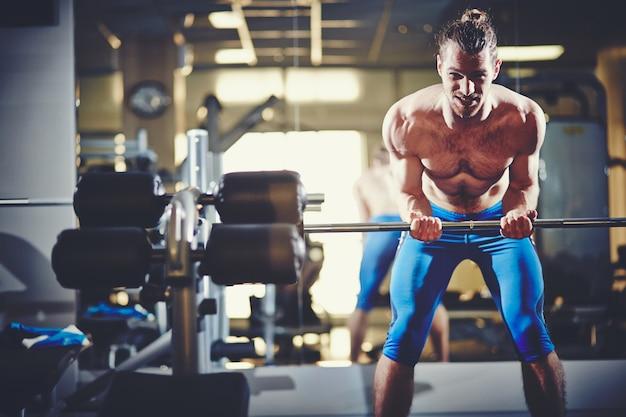 Muskularny mężczyzna o silnych ramionach