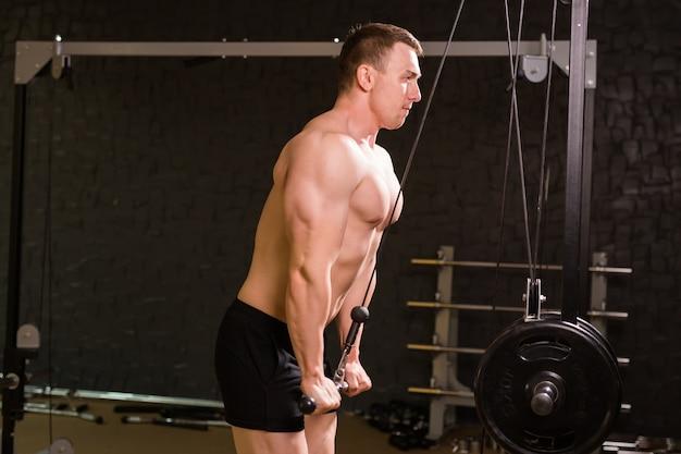 Muskularny mężczyzna, poćwiczyć w siłowni, ćwiczenia, silny mężczyzna abs nagi tułów