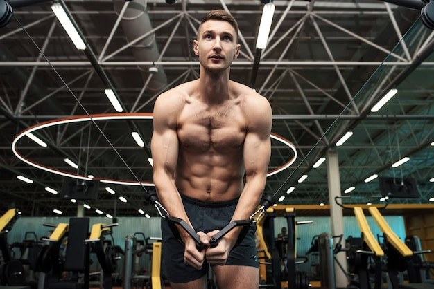 Muskularny mężczyzna poćwiczyć w siłowni
