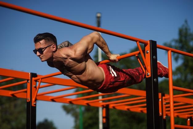 Muskularny mężczyzna podczas treningu na ulicy.