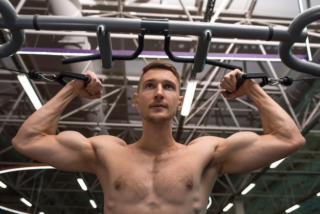 Muskularny mężczyzna półnagi w siłowni