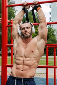 Muskularny mężczyzna słuchania muzyki