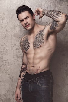 Muskularny mężczyzna z tatuażem