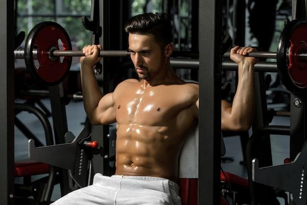 Muskularny mężczyzna ze sztangą