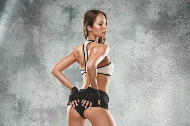 Muskularny młoda kobieta sportowiec pozowanie