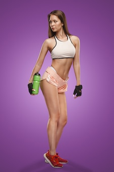 Muskularny sportowiec młoda kobieta pozowanie studio