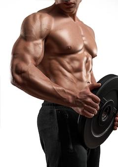 Muskularny sportowiec sportowiec z wagą