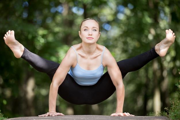 Muskularny sportsmenka robi joga