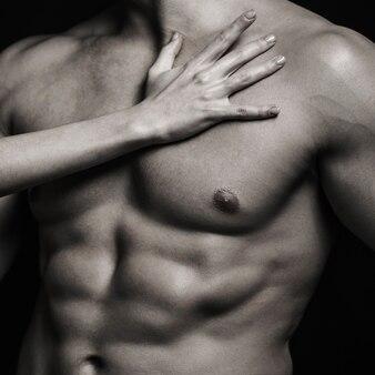 Muskularny wysportowany seksowny mężczyzna, nagi tors. muskularny mężczyzna, nagi mężczyzna, zdrowy muskularny facet, mężczyzna tułowia. seksowny mężczyzna z muskularnym ciałem i nagim torsem. wysportowany kaukaski, seksualny macho. czarny i biały.