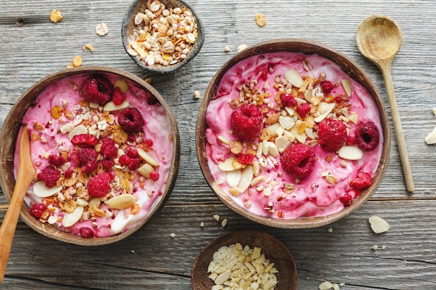 Musli muesli z jogurtem i jagodami serwowane w misce na stole