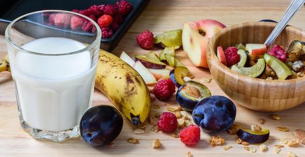 Musli ze słodkimi jagodami, owocami i mlekiem
