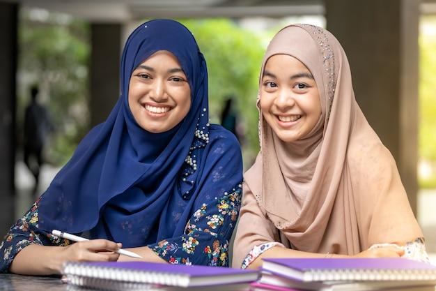 Muslim student czytanie książki