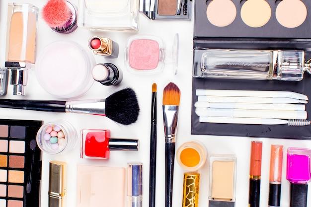 Muśnięcie i kosmetyk odizolowywający na białym tle. widok z góry.