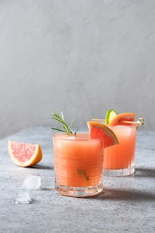 Musujący koktajl grejpfrutowy z dodatkiem limonki