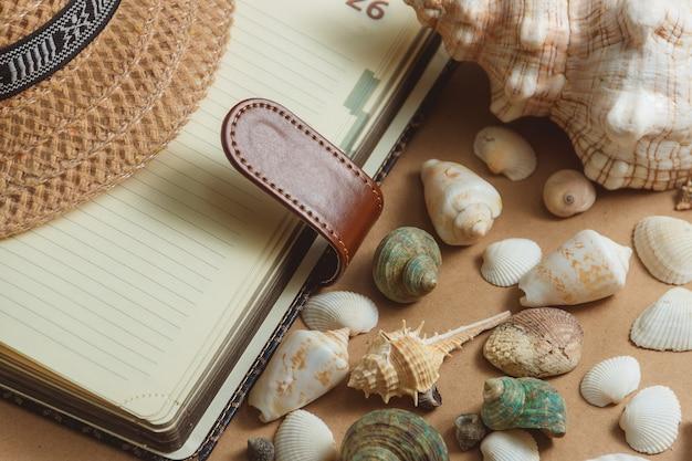 Muszle lekkie z notatnikiem. płaski widok