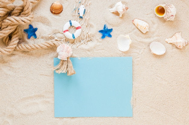 Muszle morskie z liną morską i papierem