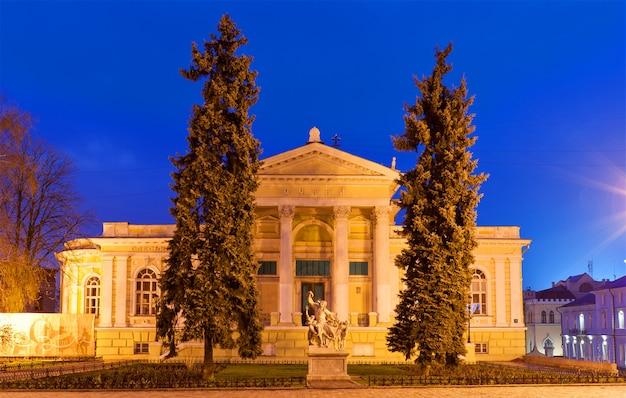Muzeum archeologiczne w odessie w nocy. ukraina