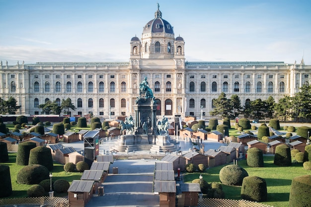 Muzeum historii naturalnej na maria-theresien-platz w wiedniu, austria, w jasny jesienny dzień