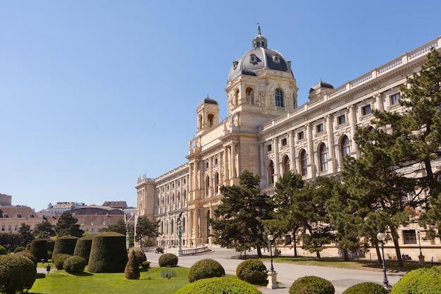 Muzeum historii naturalnej w wiedniu, centrum stolicy austrii w słoneczny wiosenny dzień