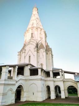 Muzeum kołomienskoje z białym kościołem wniebowstąpienia pańskiego