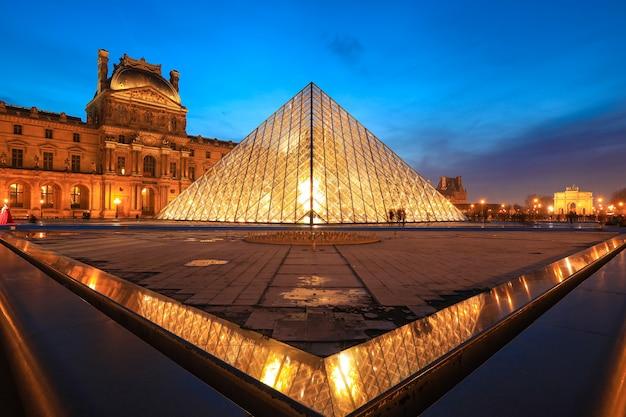 Muzeum luwru o zmierzchu w zimie, jest to jeden z najpopularniejszych punktów orientacyjnych w paryżu
