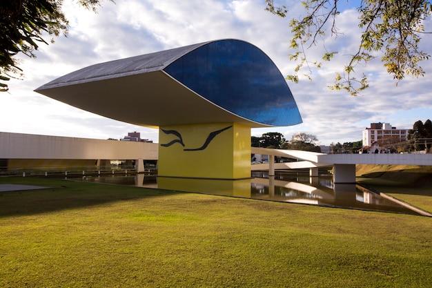 Muzeum oscara niemeyera, czyli mon, w kurytybie, w stanie parana w brazylii.