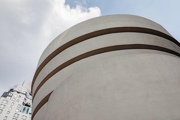Muzeum solomona r.guggenheima jest stałą siedzibą stale powiększającej się kolekcji sztuki impresjonistycznej, postimpresjonistycznej, wczesnej nowoczesnej i współczesnej