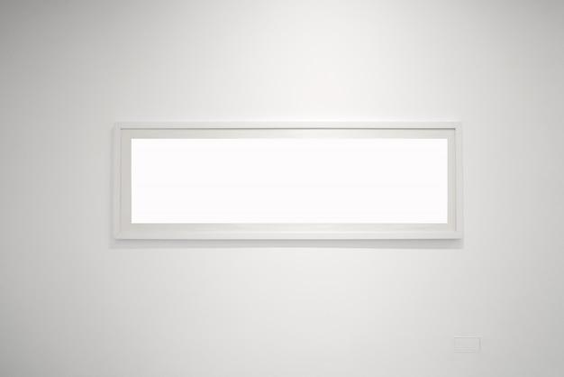 Muzeum sztuki nowoczesnej. pusta przestrzeń wnętrza galerii, białe ściany i szare podłogi