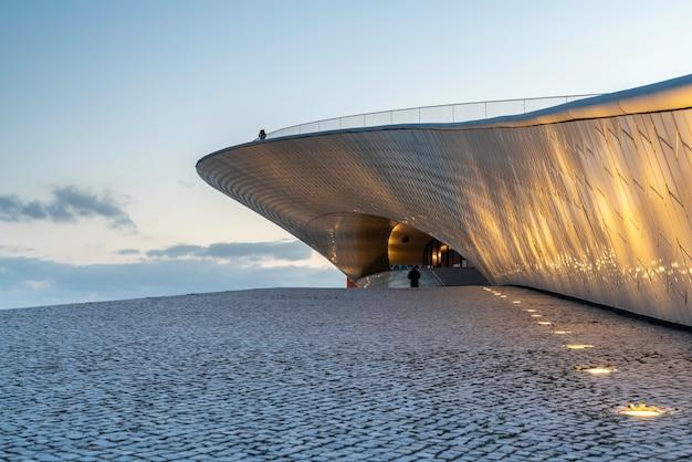 Muzeum w belem, lizbona, portugalia - niebieska godzina.