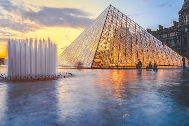Muzeum w luwrze o zmierzchu w zimie, jest to jeden z najpopularniejszych punktów orientacyjnych w paryżu