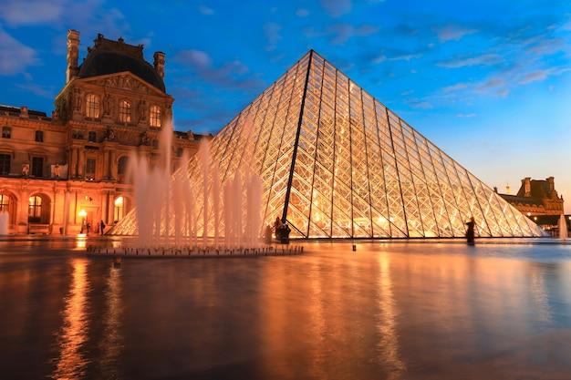 Muzeum w luwrze o zmierzchu w zimie, jest to jeden z najpopularniejszych zabytków w paryżu