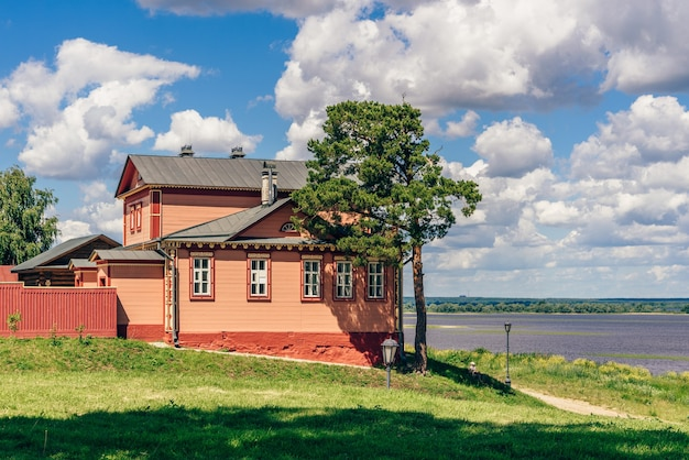 Muzeum wojny domowej na wiejskiej wyspie sviyazhsk w rosji. letni dzień z pochmurnym niebem.